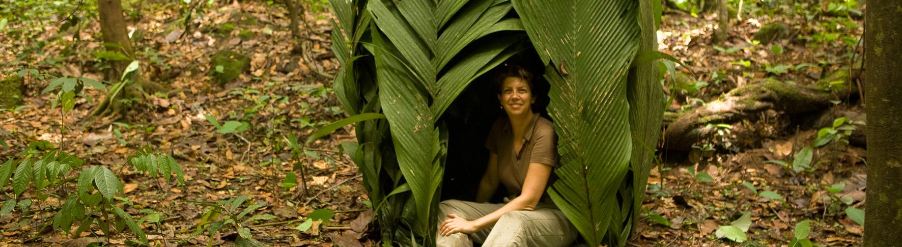 Sabine s'installe dans une hutte dans une forêt du Gabon