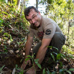 Olivier plante un arbre à Madagascar